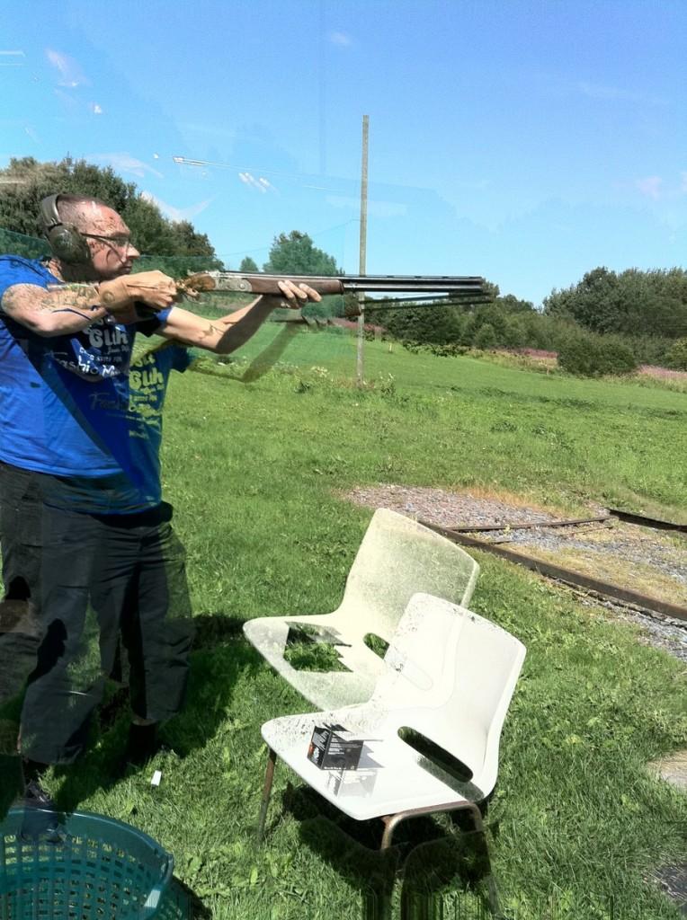 Idag provade husse å matte på att skjuta hagelgevär. Det gillade de!