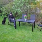 Här sitter matte å jag (Nero) i vårt nya trädgårdsset som våra fina grannar inunder byggde ihop. Matte och jag bestämde här att det får bli Fox och husse som går prov nästa gång...