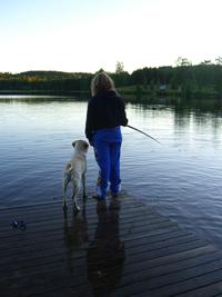 Precis nedanför Tessies hus, ligger en sjö, med fisk i.
