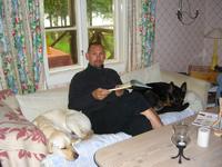 Hugo, Jocke och Brumma i den sköna soffan