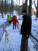 Hugo lär Jocke gå på bro