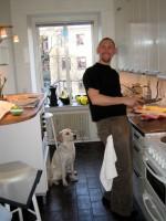 Jocke fixar i köket, Hugo kontrollerar så allt går rätt till