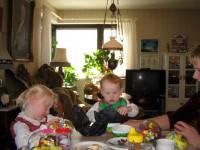 Ida och Olof bland sina påskägg