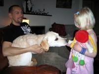 Jocke håller Hugo när han luktar på Ida