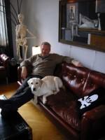 Conny och Hugo vilar ut i soffan