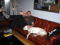 Jocke och Hugo i soffan