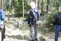 Ut och spåra i skogen med en vidhängande matte